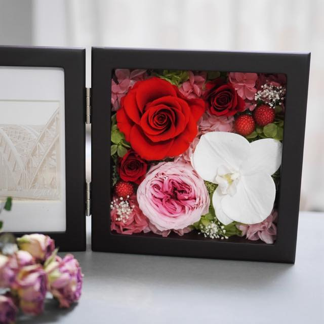 白い胡蝶蘭と合わせたデザイン
