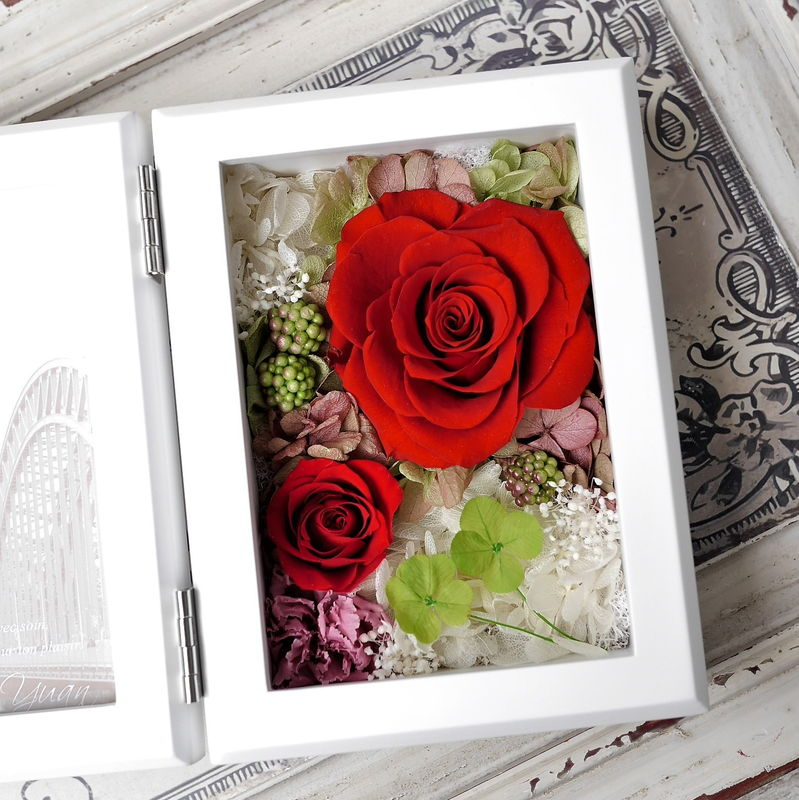 赤バラと四つ葉のクローバー